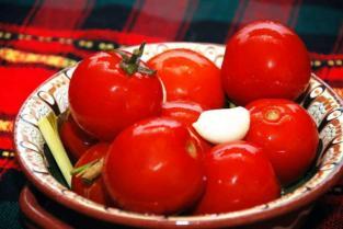 Зеленые и красные бочковые помидорчики